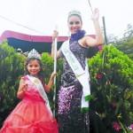 Fabiola D'Elia, la reina del Festival Nacional del Pino 2014, y Karol Mejia, Miss Prencisa Fenapin 2014, en el desfile de carrozas.