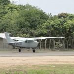 La avioneta de la Fuerza Aérea realiza el vuelo de prueba en la pista de Tela. Fotos: Efraín Molina