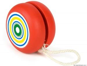 Yo-yo, el famoso juguete hecho a base de madera u otros materiales, alrededor de la cual se enrolla un cordón que, anudado a un dedo se hace subir y bajar alternativamente.