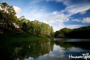 San Julían guarda un remanente de agua en el que se refleja todo el verde del que es dueño el lugar.
