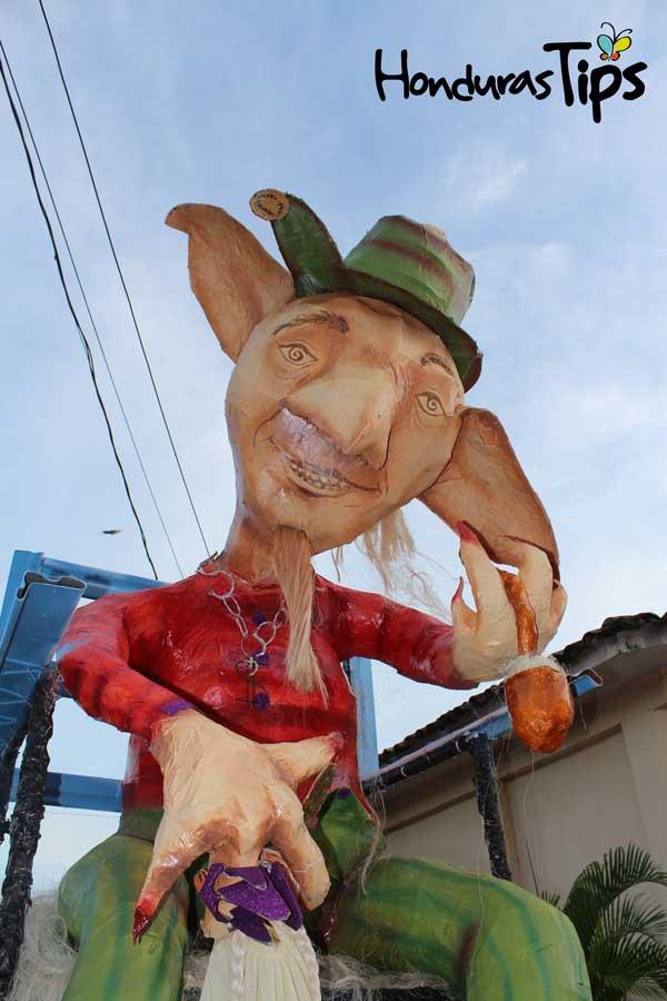 El duende, un hombrecito, orejón y barrigón que lleva la cabeza siempre cubierta por un gran sombrero aludo mucho más grande que él en circunferencia.