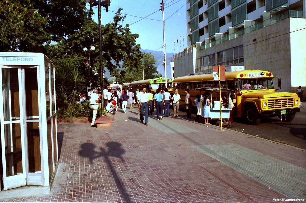 calle de la ciudad Una ruta 4 estacionada frente al Hotel Sula