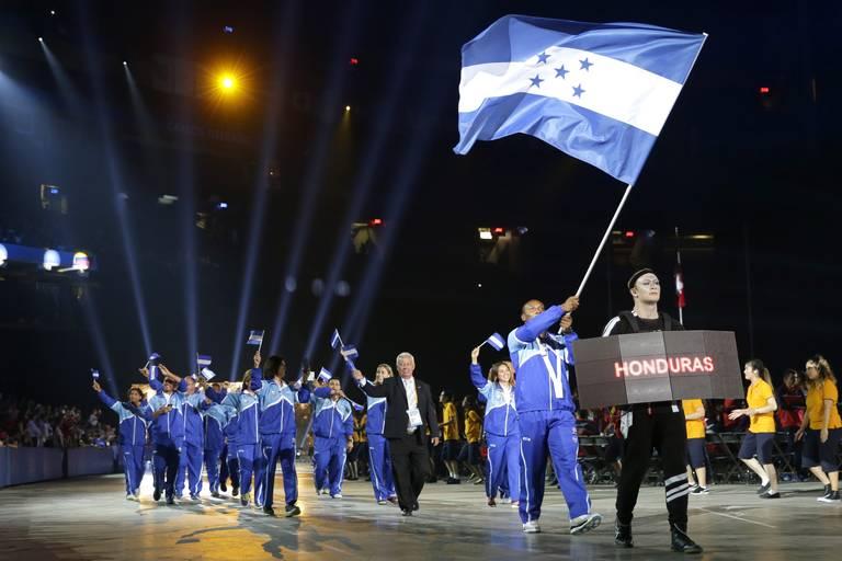 Inauguración de los Juegos Panamericanos. Kevin Mejía lleva la bandera nacional de Honduras durante la ceremonia de inauguración de los Juegos Panamericanos de 2015 en Toronto, el viernes 10 de julio de 2015. (Foto AP / Felipe Dana)