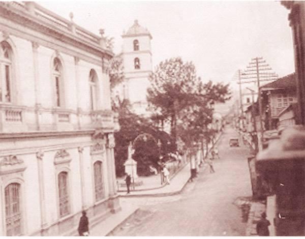 En tiempo de la colonia llamada calle de Los Naranjos; también se observa el desaparecido edificio del banco de Honduras, la catedral y a plaza Morazán. Foto por David Martínez