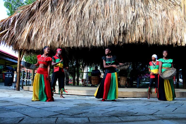 En Trujillo existen dos comunidades de Garífunas, que aún conservan sus costumbres y tradiciones ancestrales.