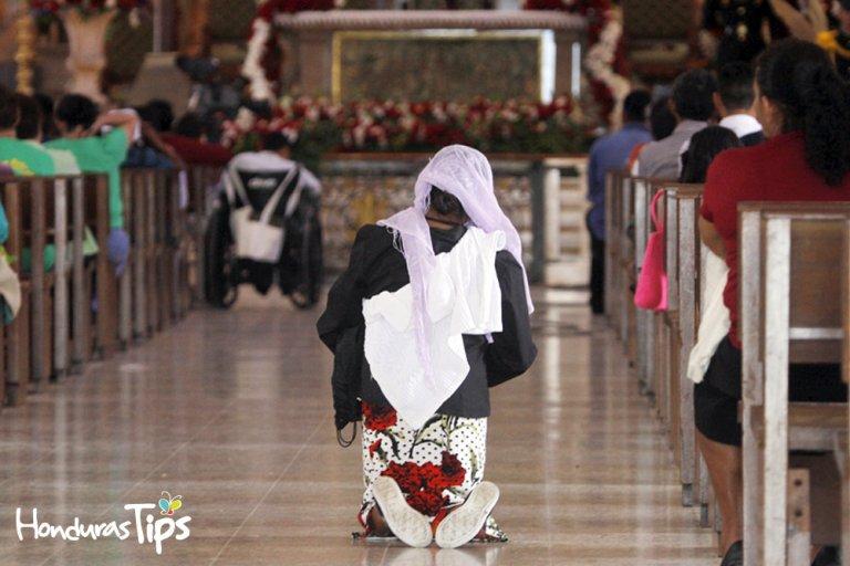 Miles de personas llegan con penitencias para honrar el nombre de la Virgen de Suyapa.