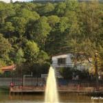 El clima de este bello poblado se mantiene siempre fresco por sus áreas verdes de pino.