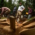 En la fotografía se aprecia a Chris Fisher, arqueólogo que lidera el equipo (centro), Rodrigo Solinís-Casparius (izquierda), Ranferi Juarez (al fondo), y Anna Cohen (derecha).