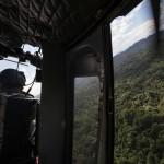 Los arqueólogos fueron transportados por la fuerza aérea hondureña. En la gráfica se puede apreciar parte del fuselaje del helicóptero Bell UH-1, un modelo muy popular en el conflicto de Estados Unidos de América contra Vietnam.