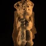 Una pequeña figura de cerámica recuperada de este histórico tesoro arqueológico. Su condición dañada se debe a los efectos del suelo, ya que debido a que se encuentra en un bosque pluvial, éste es muy ácido.