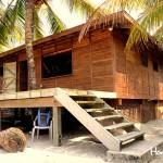 Las acogedoras casas de madera aguardan la indumentaria para bucear.