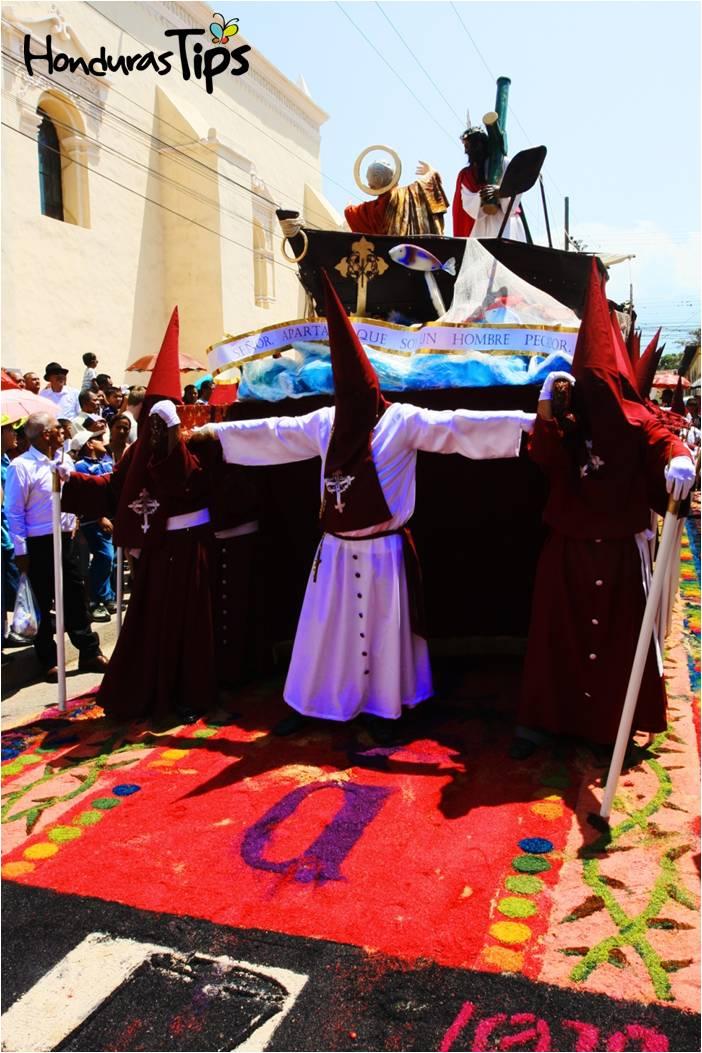 Las alfombras son el camino de las procesiones del Vía Crucis el viernes Santo.