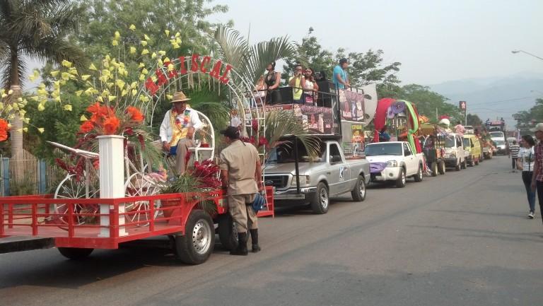 Decenas de carrozas y comparsas engalan la celebración del patrono San Jorge.