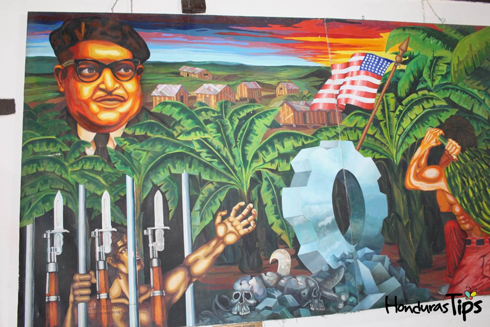 Los estudiantes de Bellas Artes de Tegucigalpa pintaron este mural sobre Ramón Amaya Amador y su Prisión Verde en su ciudad natal.