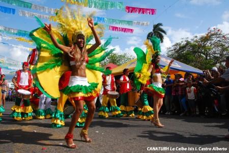 El carnaval de La Ceiba es uno de los principales atractivos para los turistas a nivel internacionales.