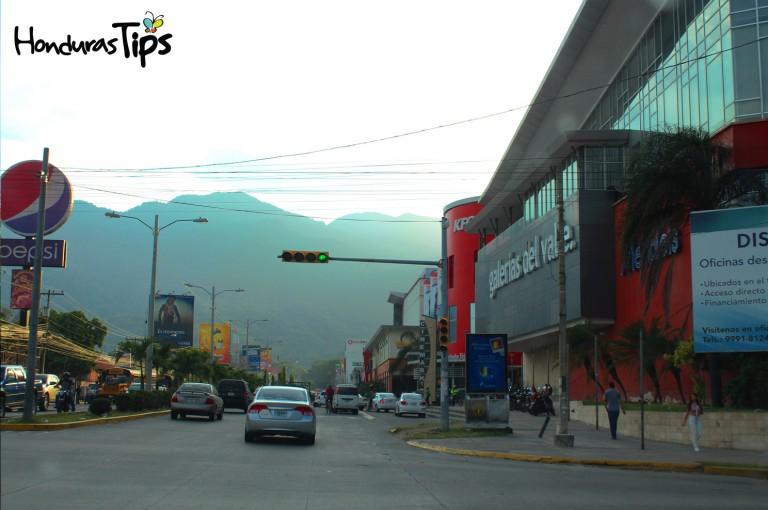 Galerías Mall esta ubicado en la zona norte de San Pedro Sula, donde se concentran la mayor cantidad de universidades de la ciudad.