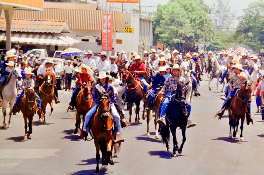 El desfile hípico antiguamente se realizaba en la tercera avenida, cruzando la avenida Nueva Orleans hasta llegar al Campo Agas.