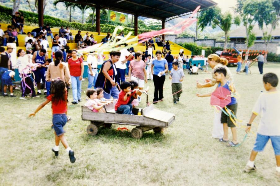 Niños jugando en la pista de juzgamiento en la década de 1990.