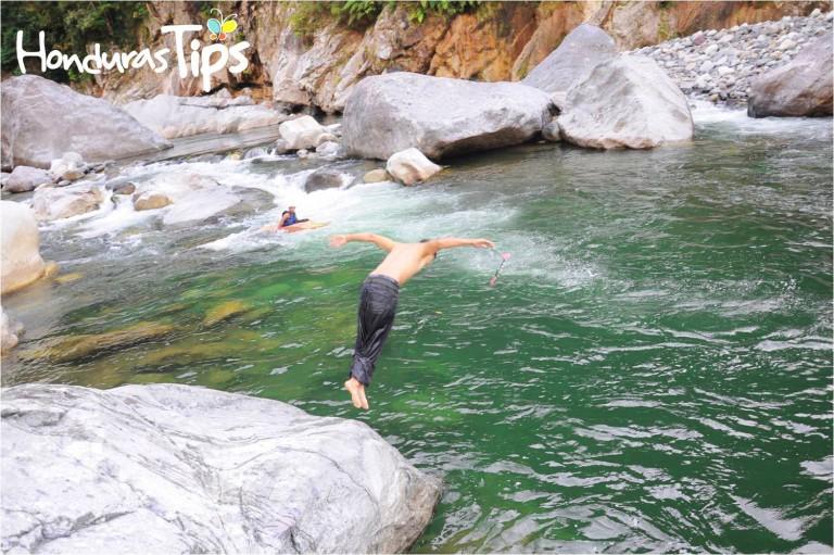 Muchos turistas prefieren desafiar la naturaleza en el río Cangrejal de La Ceiba.
