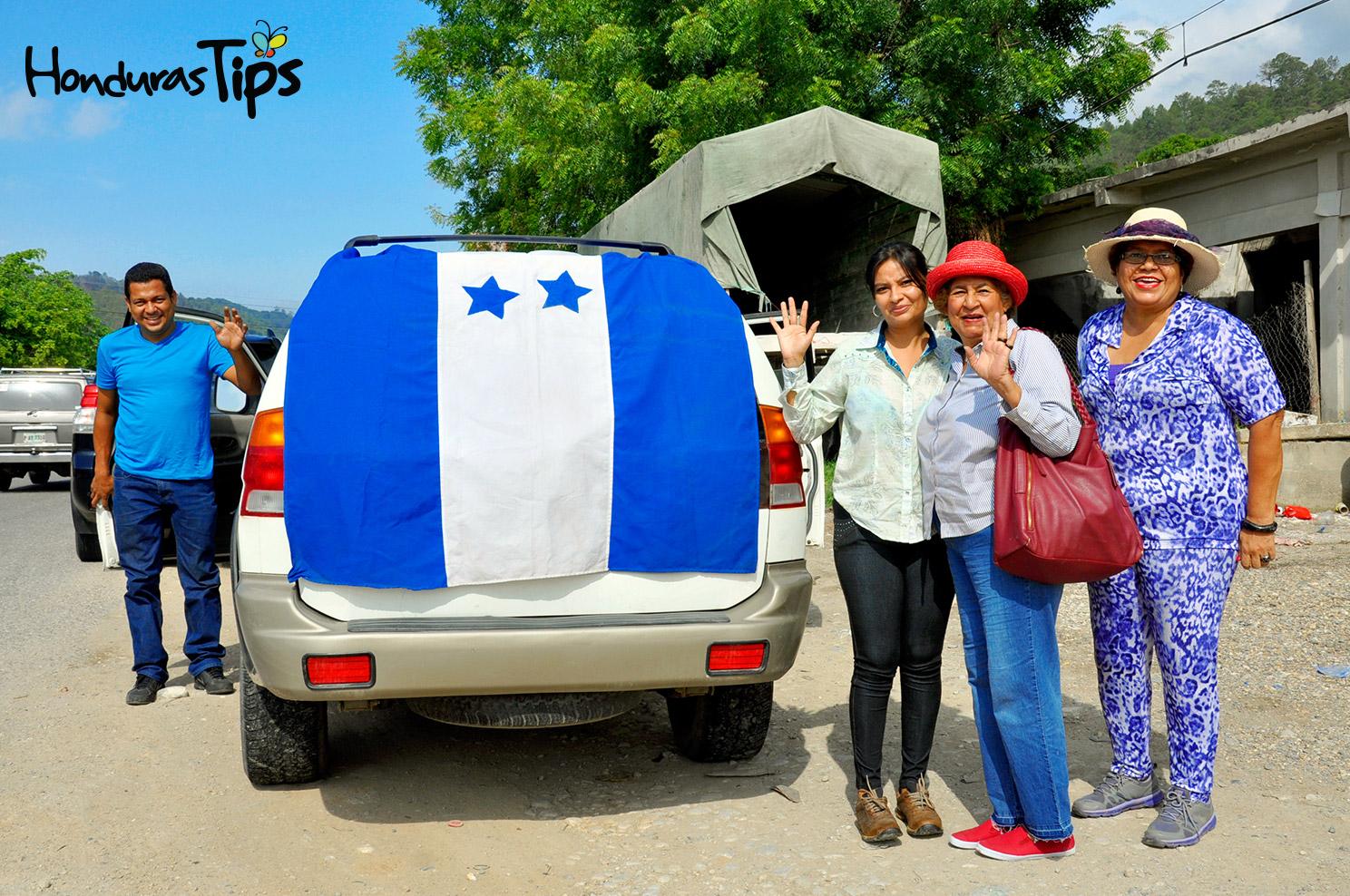 Esta familia plasmó su amor por Honduras con esta bandera de gran tamaño.