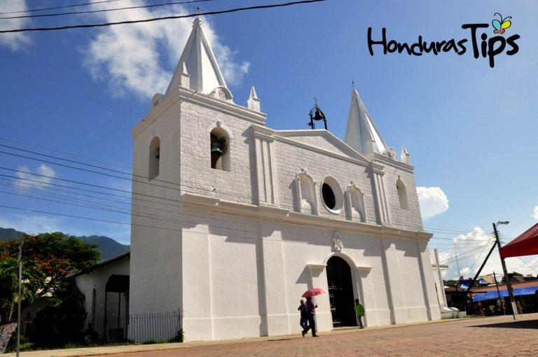 La iglesia que antes lucía un tono amarillo, ahora luce blanca como la nubes.