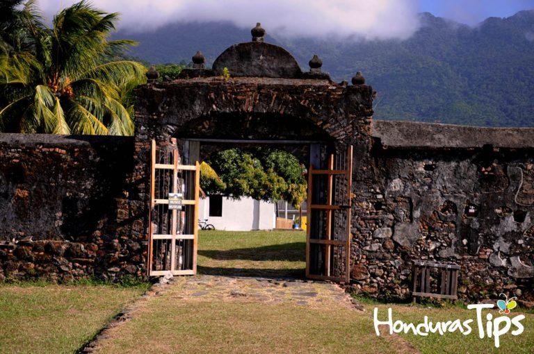 La Fortaleza de Santa Bárbara está a pocos metros del centro histórico, por lo que la experiencia colonial es maravillosa en Trujillo.