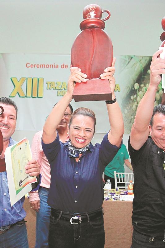 Marysabel al momento de resultar ganadora en la Taza de Excelencia de Honduras.