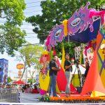 31 fotografías del ambiente antes del desfile de carrozas de la Feria Juniana