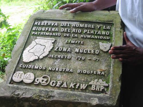 Placa oficial que acredita al Río Plátano como Patrimonio Mundial.