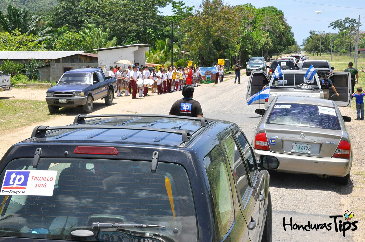 Estudiantes del instituto ELIM fueron los primeros en recibir a los visitantes de Caravana de Identidad.