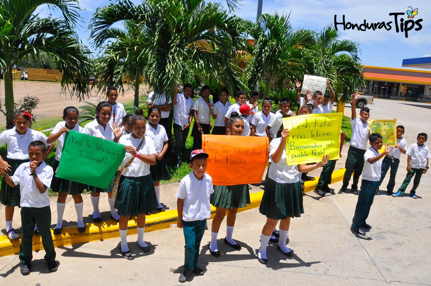 Los estudiantes del instituto Elvira Tomé mostraron pancartas en idioma Pech.