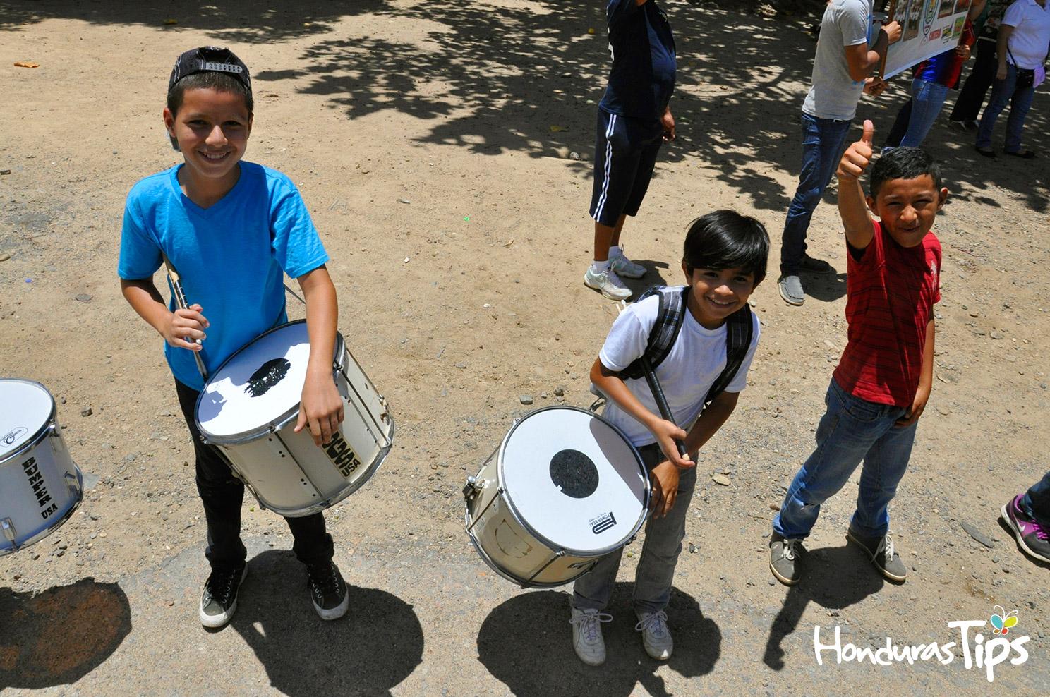 Los niños y maestros de la escuela Vilma Yolanda Castillo Santos también se unieron a dar una sonriente bienvenida a los miembros de Caravana de Identidad.