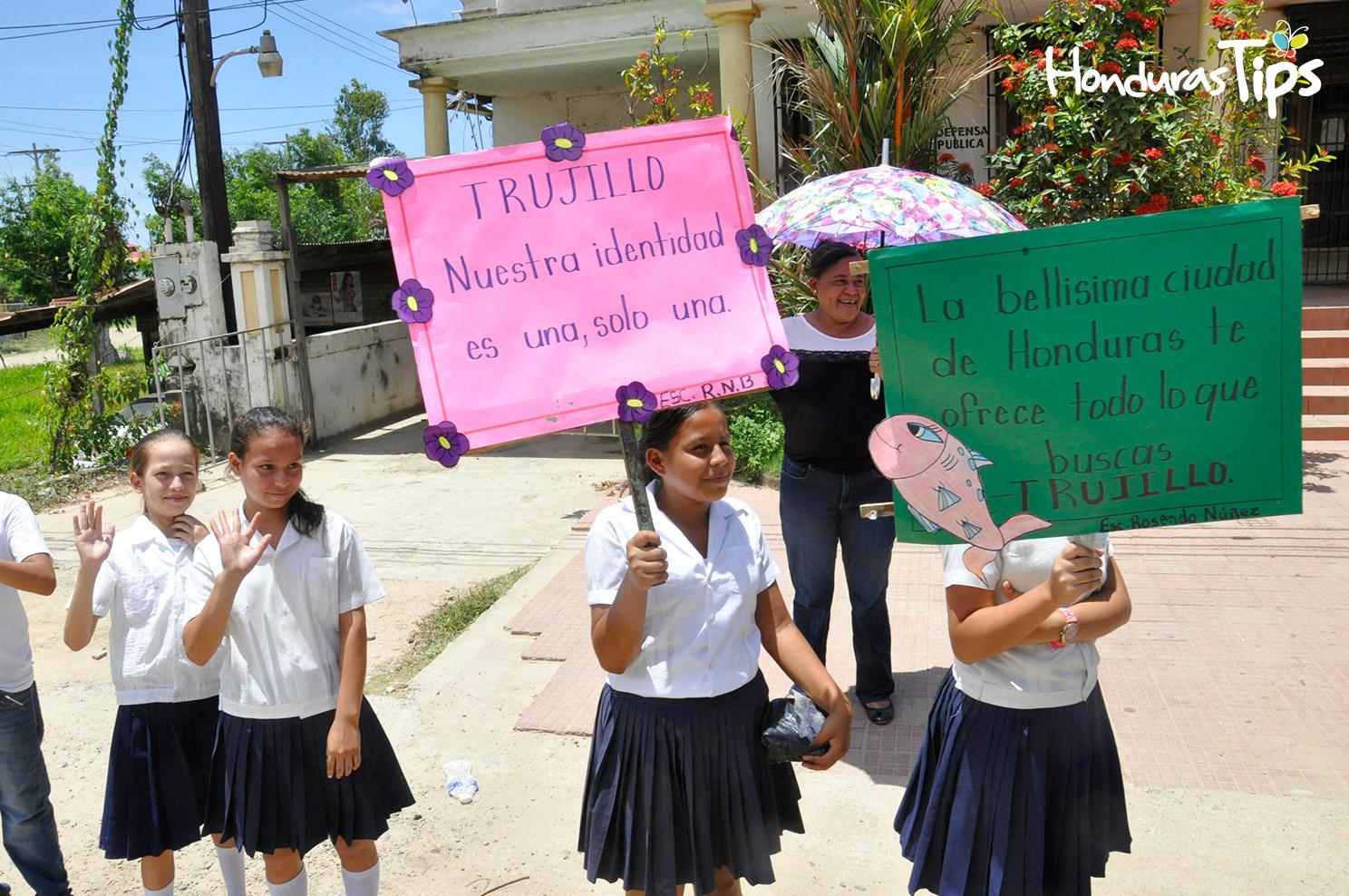 Los alumnos del instituto Rosendo Núñez recibió a Caravana de Identidad con mensajes alusivos a la belleza de Trujillo.