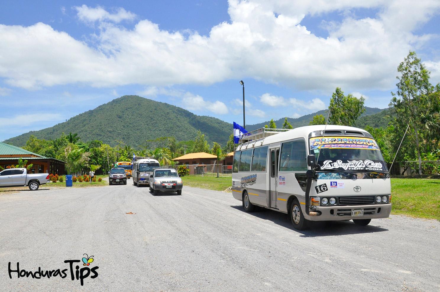 Los viajeros incrementaron su emoción por el grato recibimiento de los trujillanos. Al fondo uno de los cerros del Parque Nacional Capiro y Calentura.