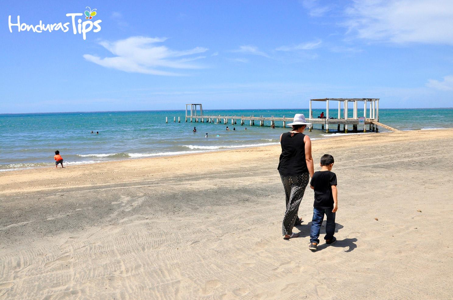 La playa municipal de Trujillo, invitó a los viajeros a dar un corto paseo mientras esperaban degustar las delicias locales en los restaurantes.