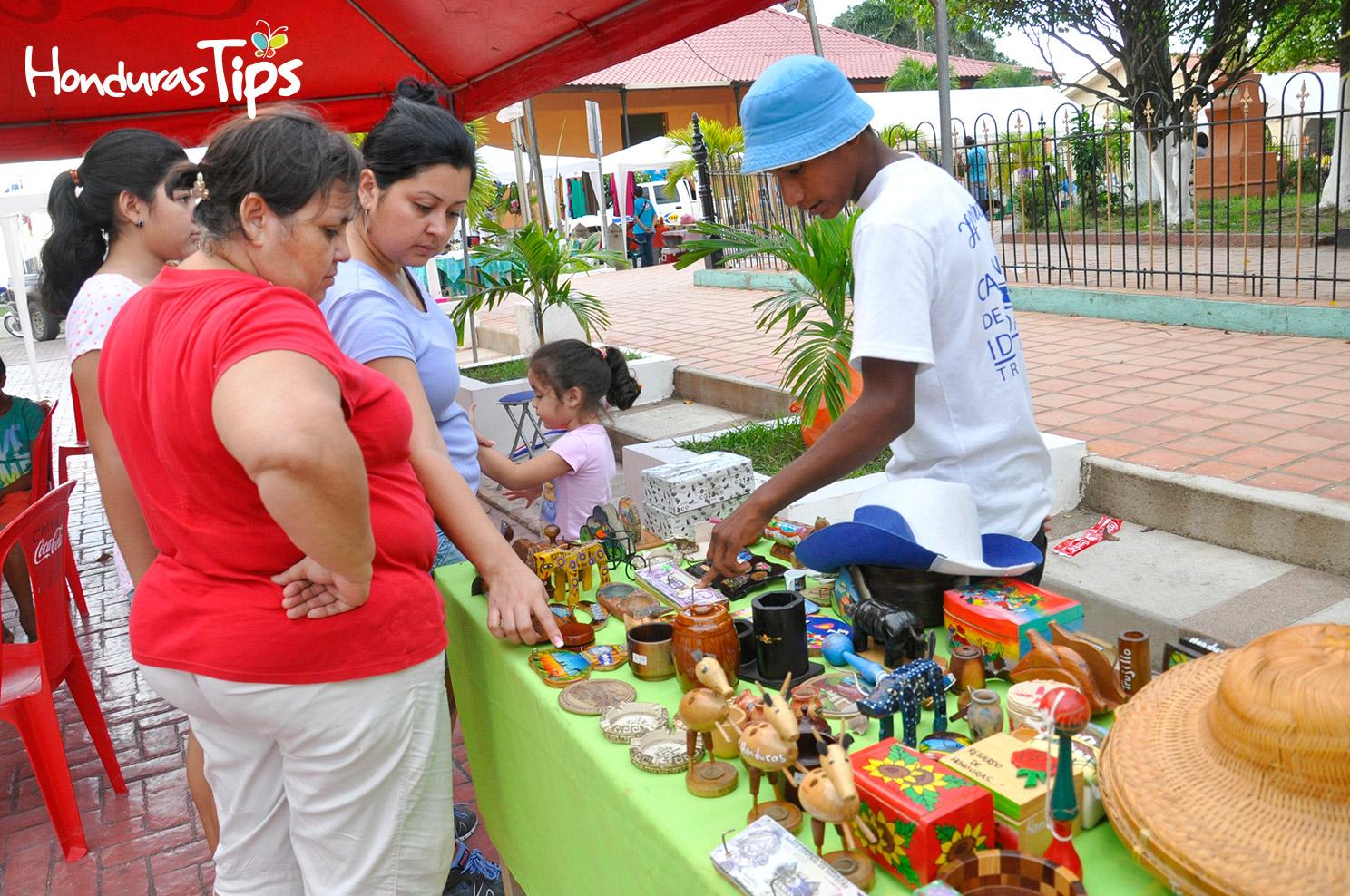 Los visitantes recorrieron los alrededores del parque Colón para admirar las artesanías trujillanas.