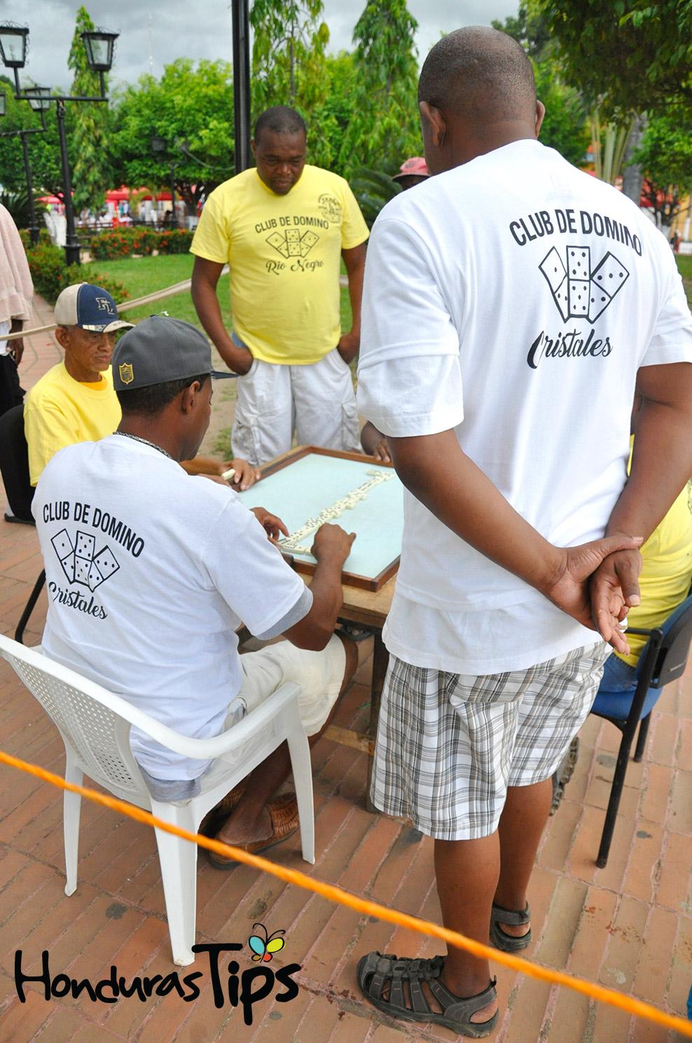 Los clubes de dominó de las comunidades garífunas de Cristales y Río Negro, hicieron su ronda de juego en el parque Colón.