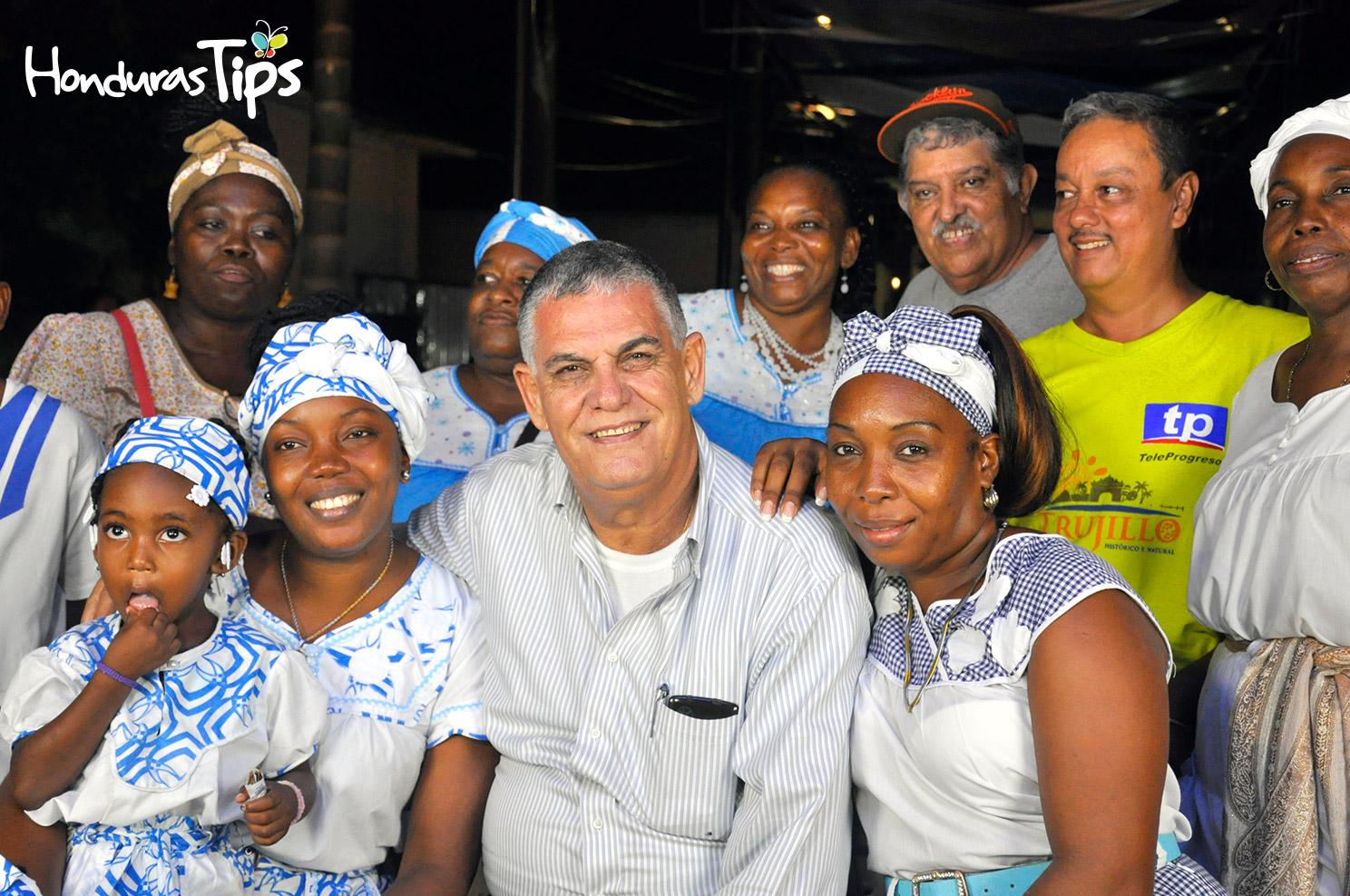 El creador de Caravana de Identidad, Juan Bendeck disfrutó de una charla en el paseo Juan de Medina rodeado de miembros de la comunidad garífuna en Trujillo.