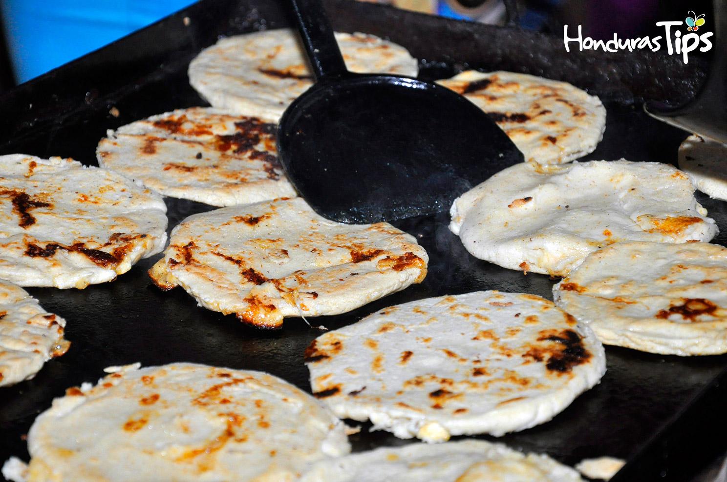 Las pupusas fueron parte de la oferta gastronómica para los visitantes de Caravana de Identidad.