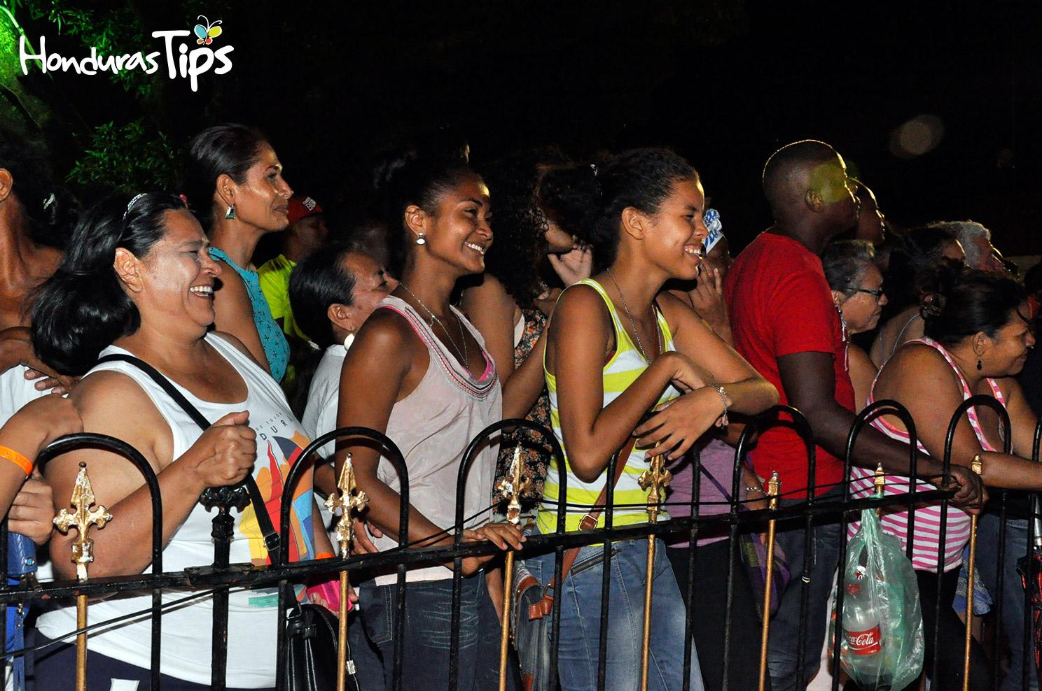 Los asistentes al primer evento nocturno de Caravana de Identidad, rieron mucho con la presentación de La Mardoquella.