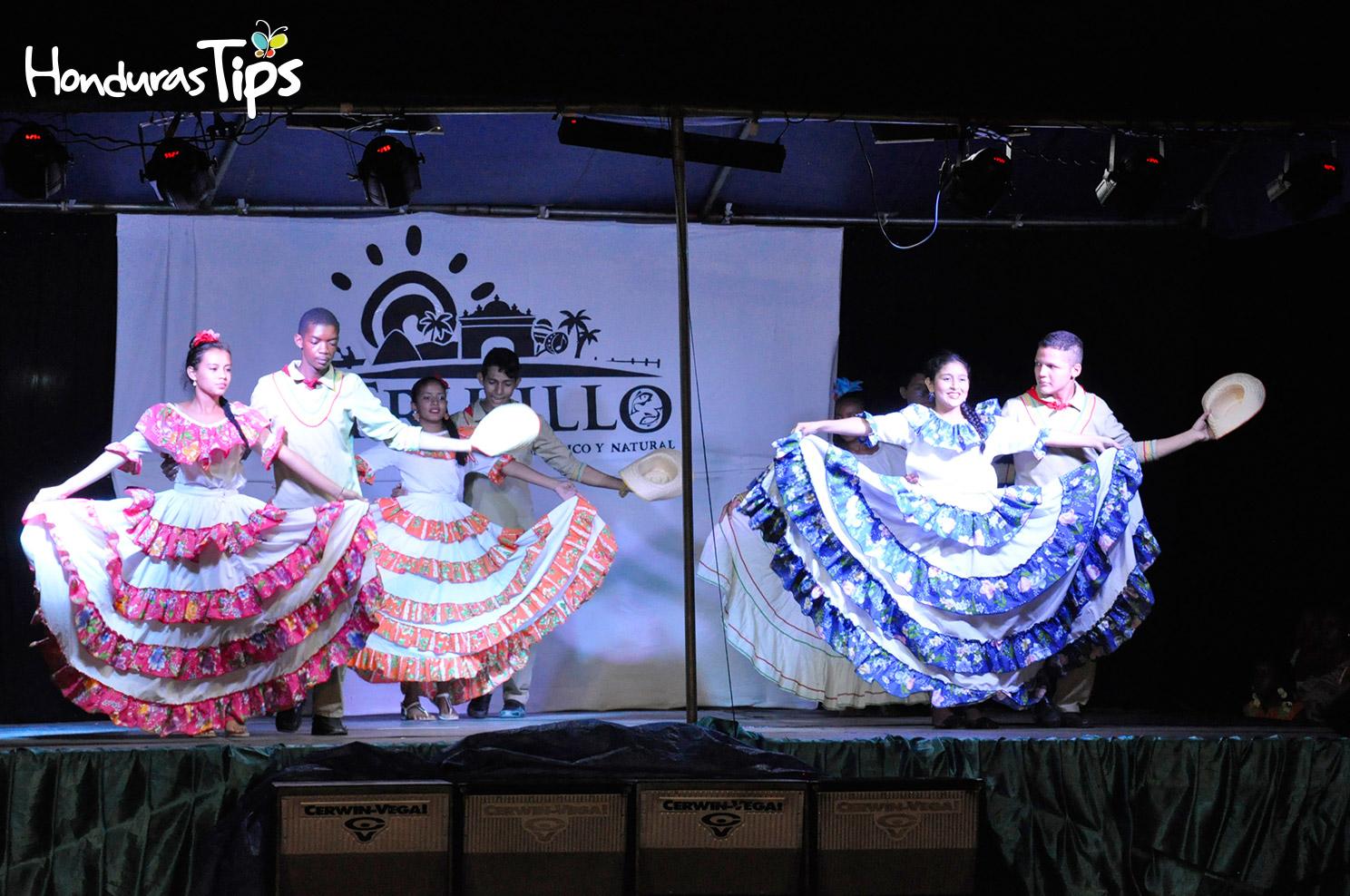 El cuadro de danza de la escuela ELIM dedicó su espacio con bailes criollos.