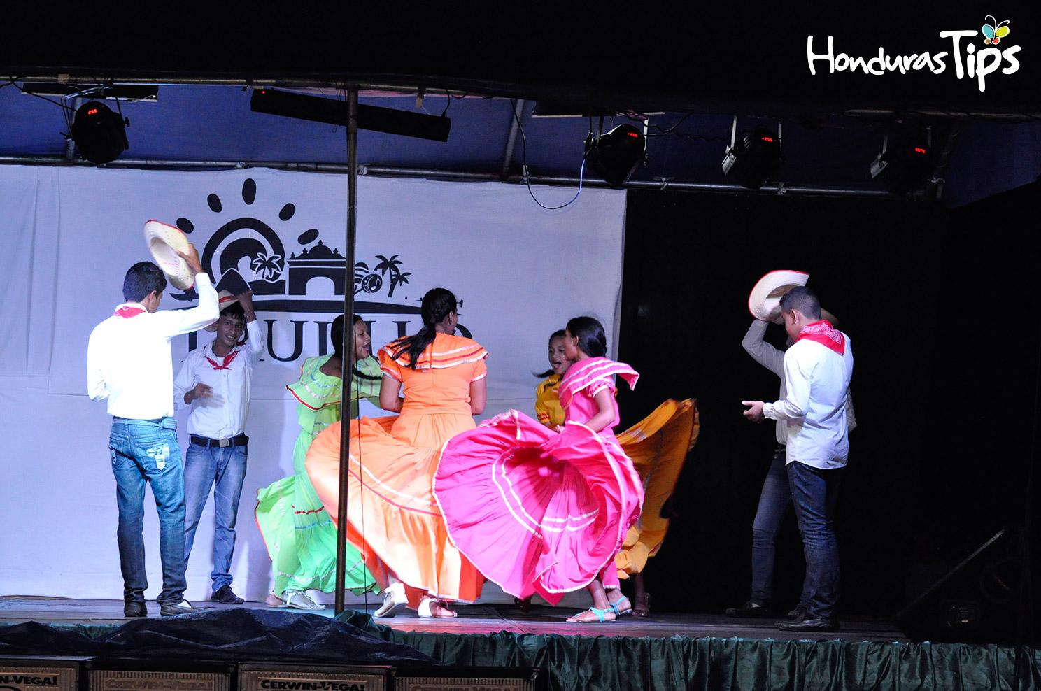 El Centro Básico 18 de Mayo se unió a los bailes folklóricos con su cuadro de danza.