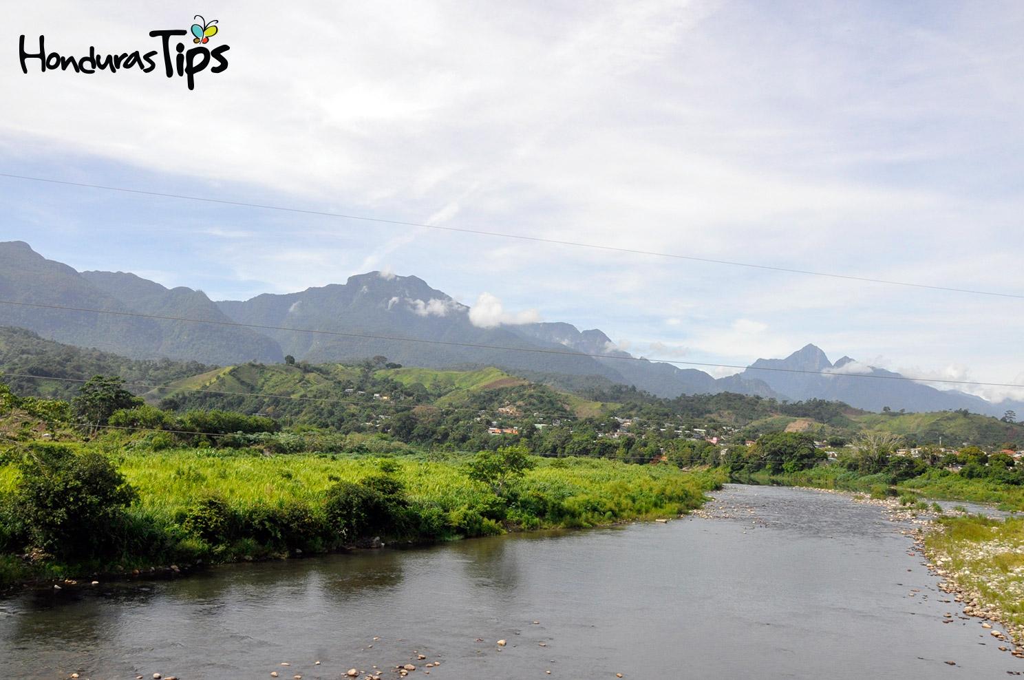 La vista del río Cangrejal sobre el puente de Saopín dio la despedida de los viajeros que desde La Ceiba se dirigían hacia Trujiillo.