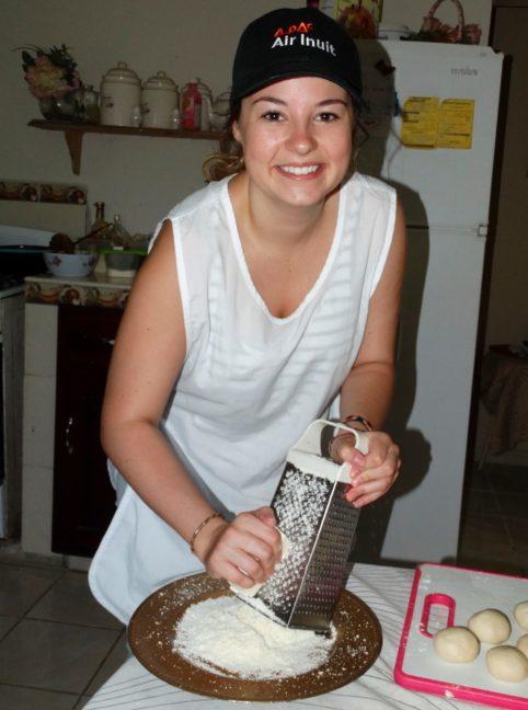 Manos a la obra...Florence aprendió la receta para hacer una ricas baleadas. ¡Aunque se le dio mejor rayas el queso!