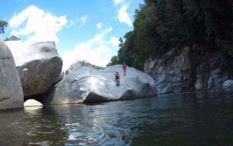 Flo y su reto por saltar de una enorme piedra en el río Cangrejal.