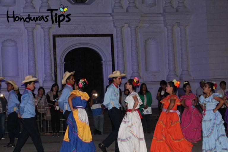 Previo al Congreso Nacional de Turismo Rural Sostenible los organizadores realizaron una velada cultural en el parque central de Santa Rosa de Copán.