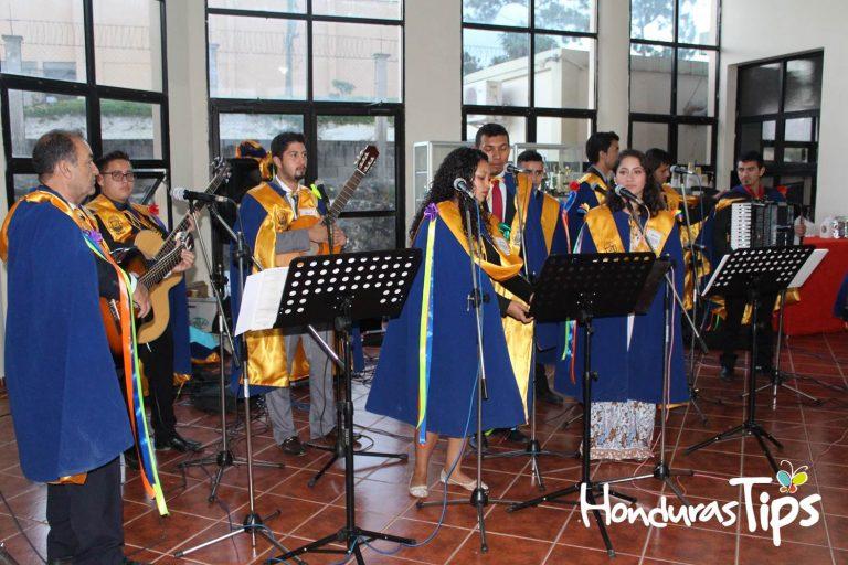 El coro del Centro Universitario de Santa Rosa de Copán realizó un homenaje a Guillermo Anderson al finalizar el congreso.
