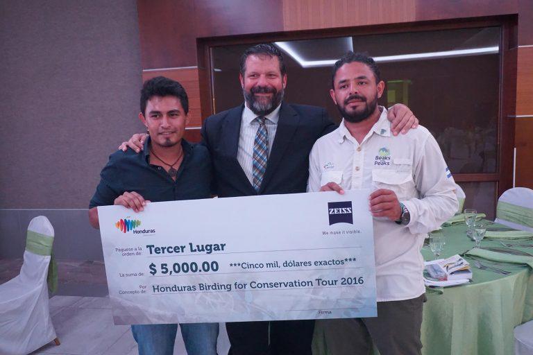 """grupo """"Ant Swarm"""", encabezado por el guía nacional Esdras López, que recibió 5,000 dólares, donados para el proyecto Fuente de Vida en el Parque Nacional Santa Bárbara."""