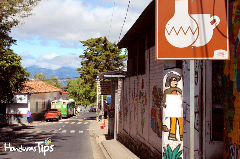La Palma es un destino alucinante de El Salvador, con miles de dibujos coloridos en paredes, suelo y postes, y con una riqueza de artesanía única en Centro América.