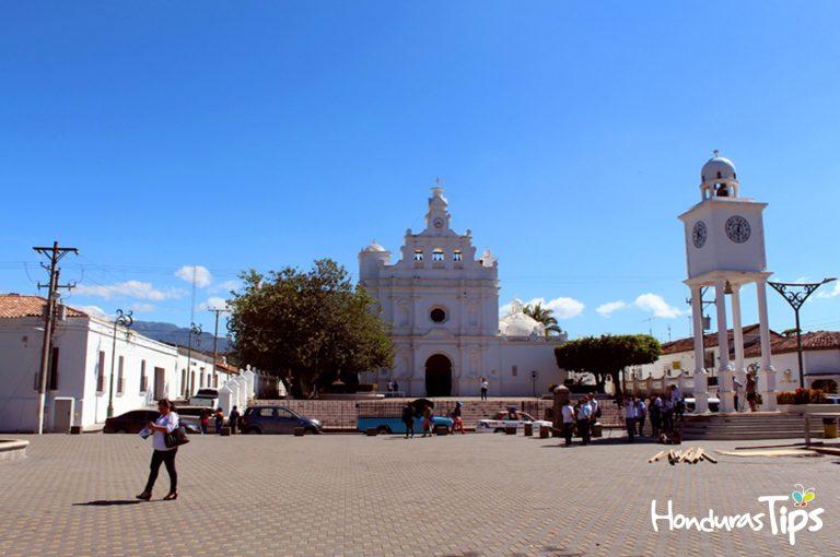 """Metapá es una ciudad encantadora, de las más limpias de El Salvador, es conocida como la """"Ciudad blanca"""" por sus casas pintadas de este color."""